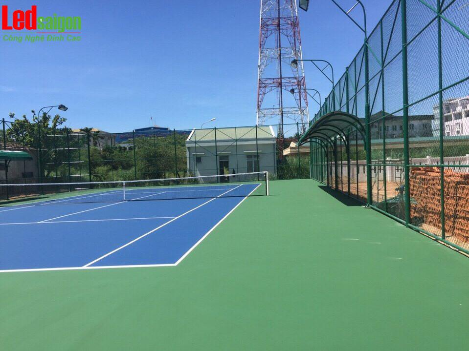 đèn pha led chiếu sáng sân tennis